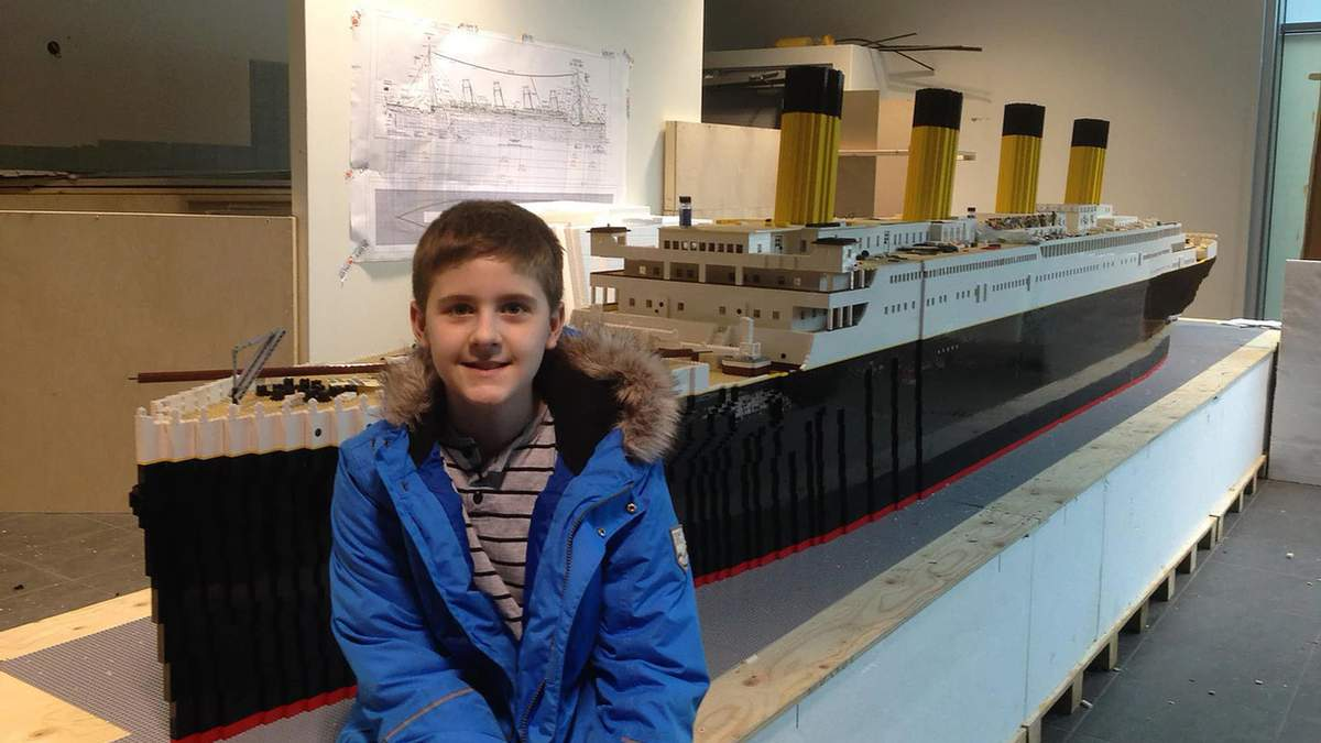 """Хлопчик з аутизмом збудував найбільшу копію """"Титаніка"""" з фігурок Lego: це змінило його життя"""