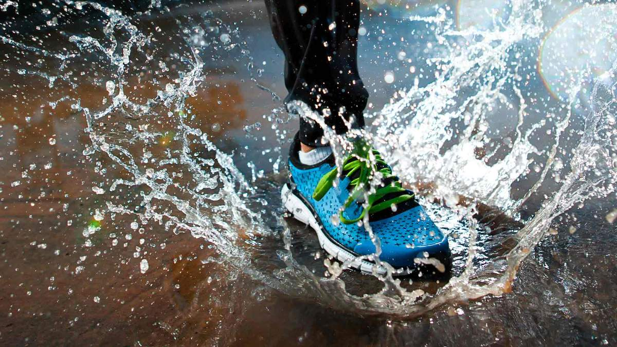 Біг під дощем: який одяг і взуття потрібні, щоб не застудитися