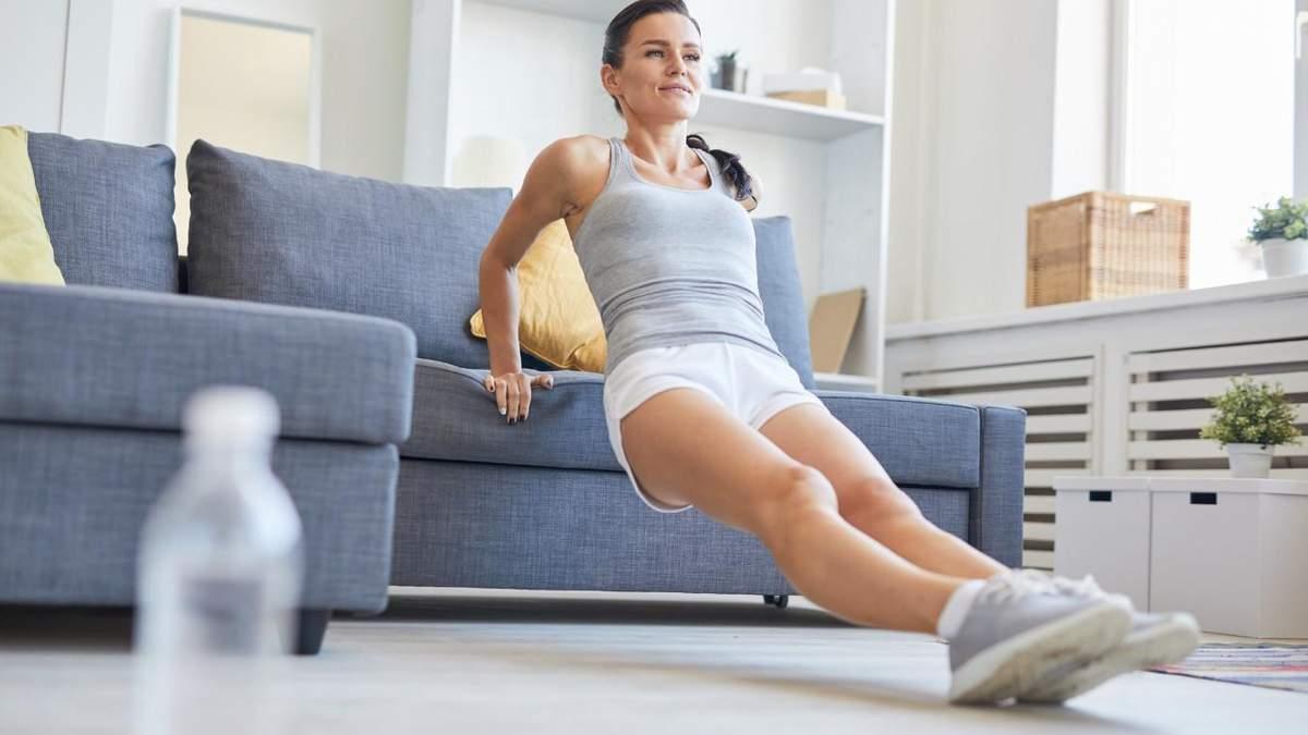 Тренировка дома: как выполнять упражнения с подушками и диваном