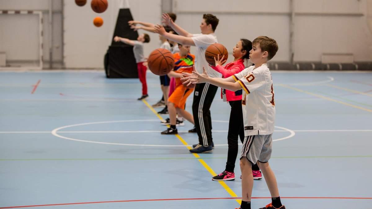 Дети тренируются в спортивном зале