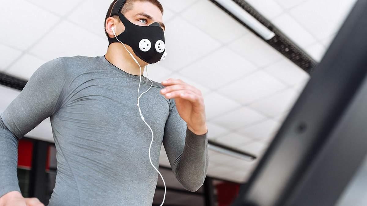 Як носити маску, щоб не боліли вуха: лайфхак від українського тренера