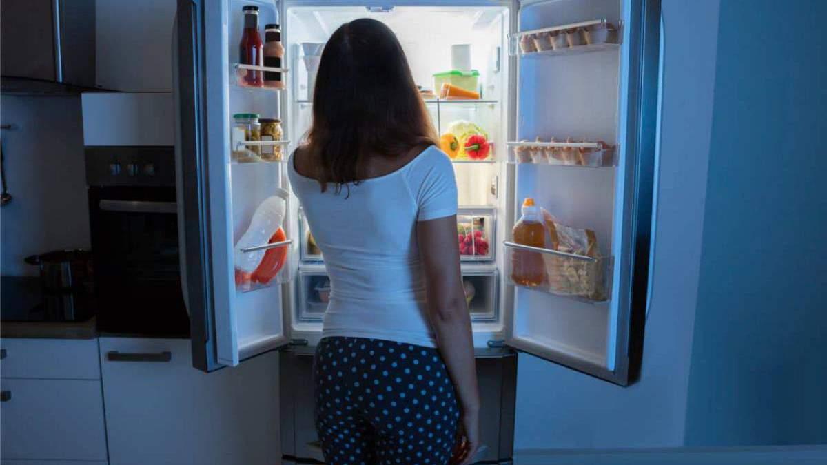 Почему перед сном хочется есть: названы основные причины переедания