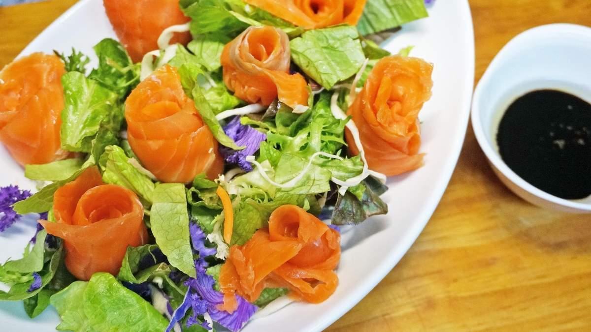 Салат с красной рыбой, который вас покорит: как его приготовить за 5 минут