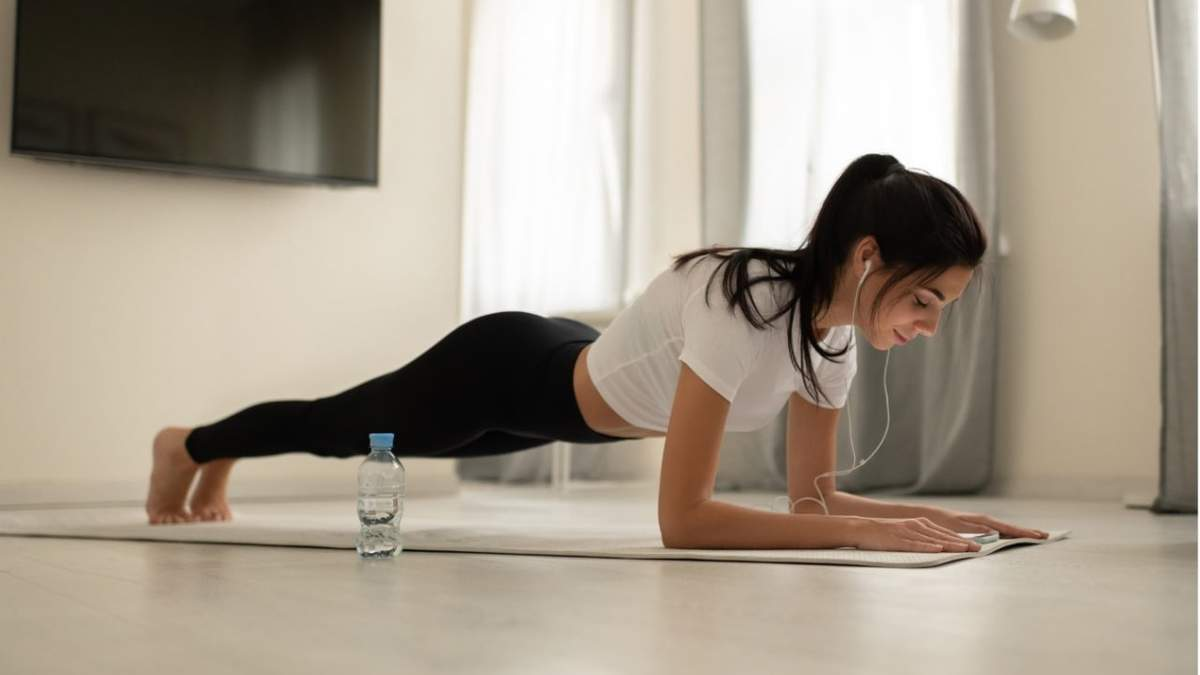 Тонка талія та красивий прес: які 3 вправи робити вдома