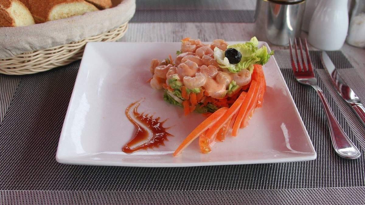 Рецепт вкусного салата с креветками и грибами для тех, кто на диете