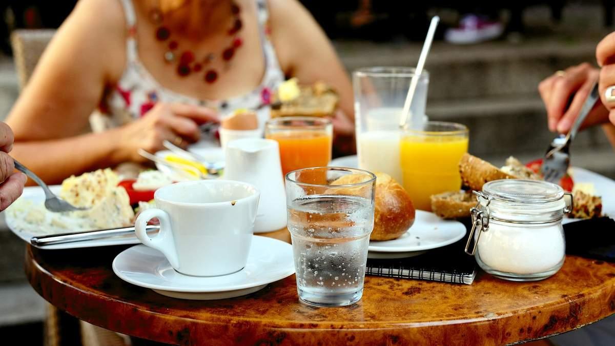 Можно ли пить воду во время еды: четкий ответ диетолога Светланы Фус