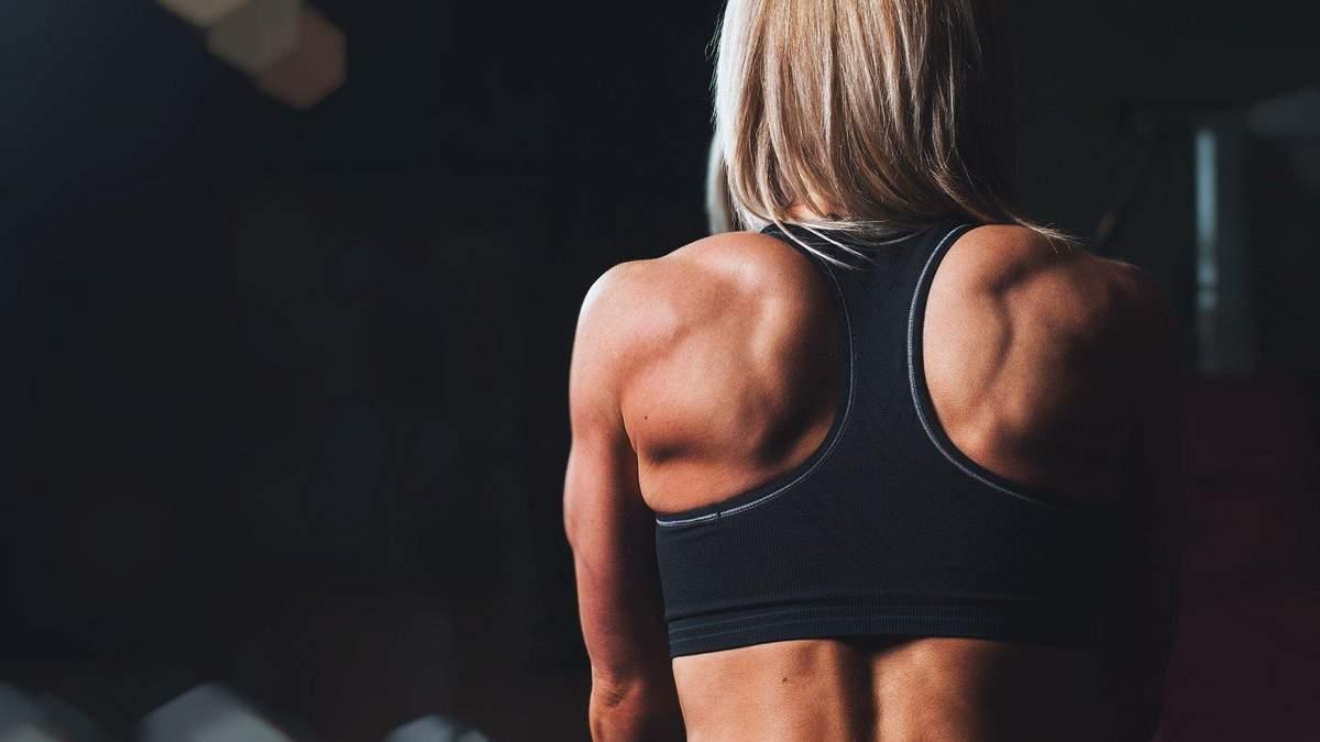 Как сделать красивые плечи: фитнес-тренер показала упражнения - видео