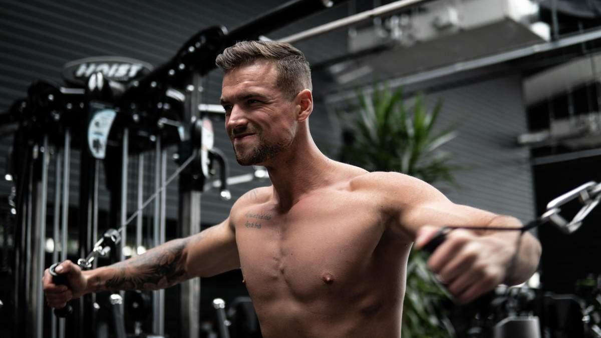 Как накачать плечи дома: сет упражнений от звездного тренера – видео