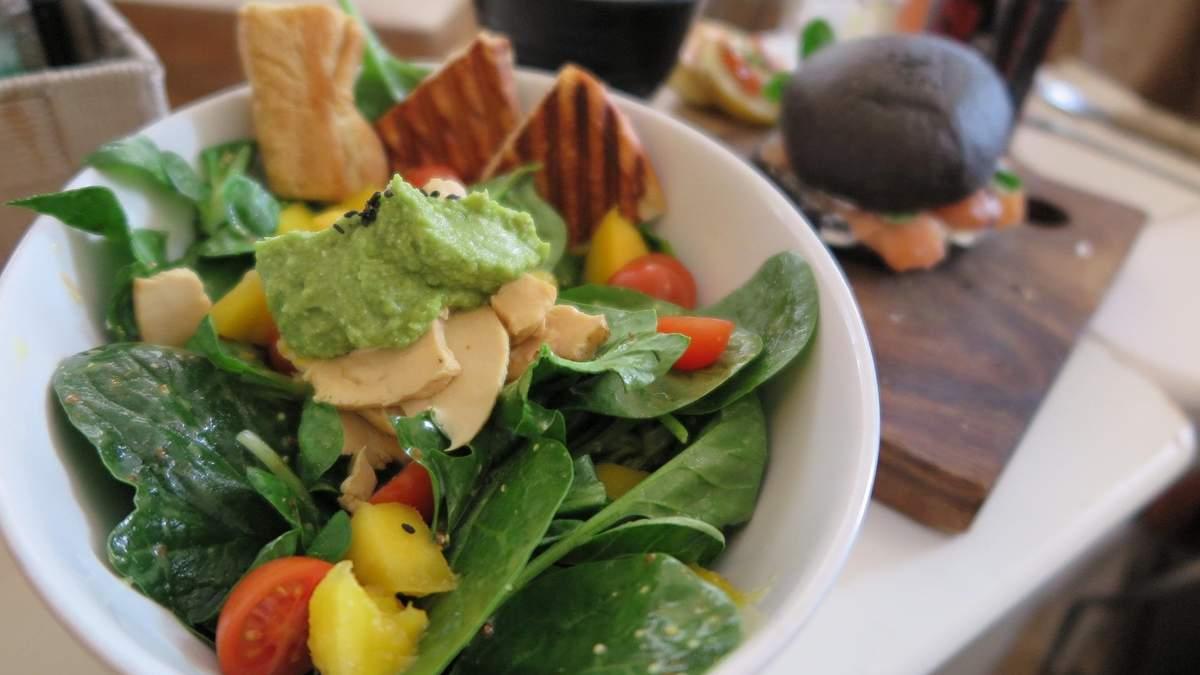 Легкий салат с курицей, авокадо и перцем: тренер поделилась рецептом
