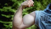 Как накачать руки без гантелей: видео мощного занятия