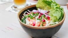 Салат с тунцом и фасолью: рецепт здорового ужина для тех, кто на диете