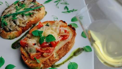 Сырная брускетта в духовке: рецепт легкого завтрака за 10 минут