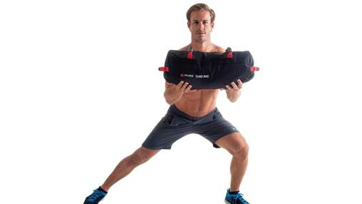 Кругове тренування з пісковим мішком: як виконувати ускладнені вправи – відео